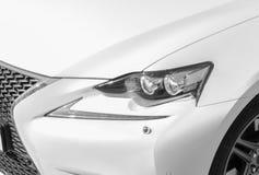 Koplamp van een moderne witte sportwagen De voorlichten van de auto Moderne Auto buitendetails Auto het detailleren stock foto