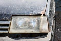 Koplamp van een oude auto met geroeste kap, close-upschot royalty-vrije stock foto's