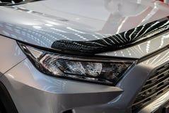 Koplamp van grijze moderne auto met LEIDEN licht stock foto's