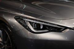 Koplamp van grijze moderne auto met LEIDEN licht stock afbeelding