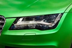 Koplamp van groene auto stock foto's