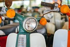 Koplamp van groene oude motorfiets royalty-vrije stock fotografie