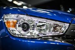Koplamp van moderne blauwe auto met geleide en xenonoptica royalty-vrije stock afbeeldingen