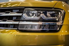 Koplamp van moderne gele auto met geleide en xenonoptica royalty-vrije stock foto's