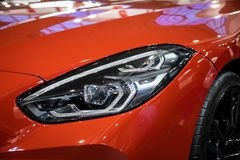 Koplamp van oranje moderne auto met LEIDEN licht stock foto's