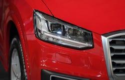 Koplamp van rode luxesportwagen stock afbeeldingen