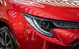 Koplamp van rode moderne auto met LEIDEN licht stock foto