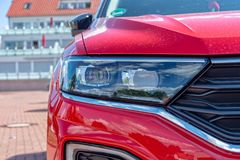 Koplamp van rood Volkswagen SUV royalty-vrije stock fotografie