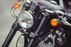 Koplamp zwarte modieuze motorfiets, moderne tendensen en schrijver uit de klassieke oudheid royalty-vrije stock fotografie
