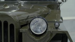 Koplampen van blauwe retro auto, die zich in toonzaal bevinden stock videobeelden