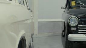 Koplampen van blauwe retro auto, die zich in toonzaal bevinden stock footage