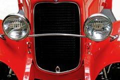 Koplampen van rode uitstekende auto stock afbeelding