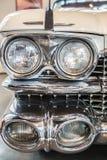 Koplampendetail in een klassieke luxeauto stock fotografie