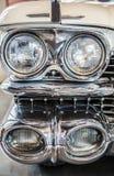 Koplampendetail in een klassieke luxeauto royalty-vrije stock afbeeldingen