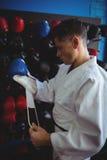 Kopnięcie bokser jest ubranym rękawiczki zdjęcia stock