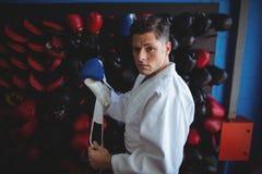 Kopnięcie bokser jest ubranym rękawiczki obraz stock