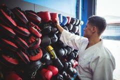 Kopnięcie bokser wybiera rękawiczki zdjęcie royalty free