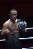 Kopnięcie bokser z jego mistrzostwo paskiem zdjęcia stock