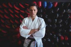 Kopnięcie boksera pozycja w sprawności fizycznej studiu obraz stock