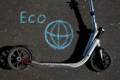 Kopnięcie hulajnoga na drodze znaczy eco Zdjęcia Royalty Free
