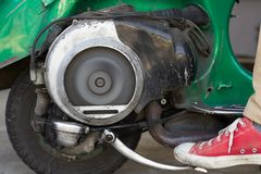 Kopnięcie początek Bardzo stara hulajnoga z Dwa uderzeń silnikiem I Ventila obraz stock