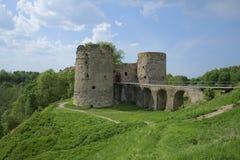 Koporye-Festung in der Sommerlandschaft - 27 Grad auf Celsius lizenzfreie stockbilder