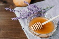 Kopp av örtte med vis man och honung med skeden i nolla för glass bunke royaltyfri foto