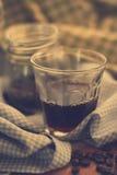 Kopp av americanokaffe och kaffebönor Fotografering för Bildbyråer