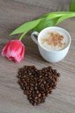 Kopp av cappuccino med blommor Arkivfoto