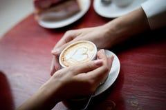 Kopp av cappuccino med en hjärta Arkivbild
