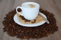 Kopp av cappuccino- och kaffebönor Royaltyfri Fotografi