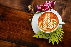Kopp av cappuccino på en trätabell Arkivbild