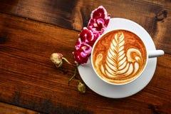 Kopp av cappuccino på en trätabell Royaltyfri Bild