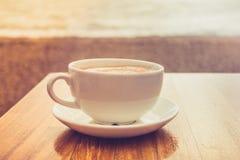 Kopp av cappuccino vid havet Arkivbilder