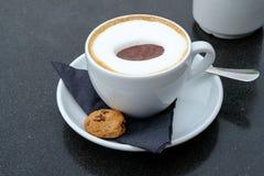 Kopp av cappucinokaffe i en vit kopp royaltyfri foto