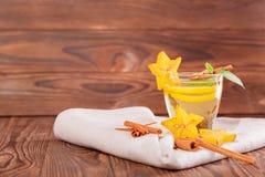 Kopp av citronte med mintkaramellen på en träbakgrund Sött, varmt och sunt grönt te Te med carambolaen och kanel kopiera avstånd arkivbilder