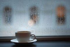 Kopp av coffe för kafé för cappuccinoregnnedgång Arkivfoton