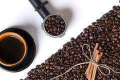 Kopp av coffe, korn av kaffe och kanel på en vit bakgrund Royaltyfria Bilder