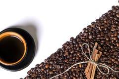 Kopp av coffe, korn av kaffe och kanel på en vit bakgrund Royaltyfria Foton