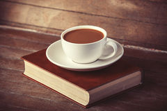 Kopp av coffe med boken Fotografering för Bildbyråer