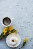 Kopp av coffe och en munk på konkret bakgrund Arkivfoto
