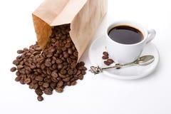 Kopp av coffe och ett paket Arkivbilder
