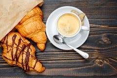 Kopp av coffe och giffel på träbakgrund Royaltyfria Foton