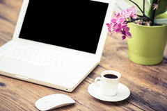 Kopp av coffe på arbete fotografering för bildbyråer