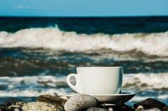 Kopp av coffe på stranden Arkivfoto