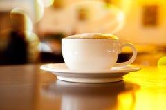 Kopp av coffe på svart fotografering för bildbyråer