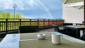 Kopp av coffe på tabellen i bergen Arkivfoton