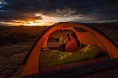 Kopp av Coffe på Utah för soluppgångreflexionskanjon sjön Powell Campi Royaltyfria Bilder