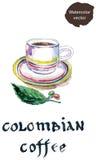 Kopp av colombianskt kaffe med det kaffebönor och bladet Royaltyfri Bild