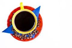 Kopp av colombianskt kaffe och färgerna av den colombianska flaggan royaltyfri bild
